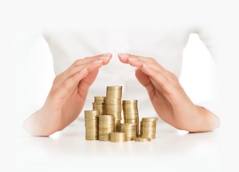 stosy monet pomiędzy dłońmi